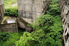 This abandoned building complex used to stand in the Zhongzheng district of Keelung city in northeastern Taiwan . The residential building. Abandoned Buildings, Abandoned Places, Desert Places, Mysterious Places, Nature Images, The Real World, Architecture Details, Urban Decay, Taiwan