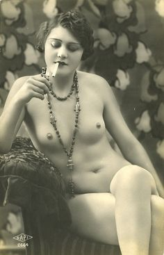 """Nude of """"Flapper Girl"""" smoking cigarette. Photographer not cited. Pin Up Girl Vintage, Vintage Ladies, Vintage Vibes, Vintage Photographs, Vintage Photos, Nude Photography, Vintage Beauty, Old Photos, Beautiful Women"""