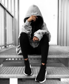 👻 j'adore Who's also in love with big big hoodies ? Girl Photo Poses, Girl Photography Poses, Girl Photos, Balenciaga Speed Trainer, Insta Photo Ideas, Balenciaga Shoes, Balenciaga Trainers Outfit, Mode Outfits, Sporty Outfits