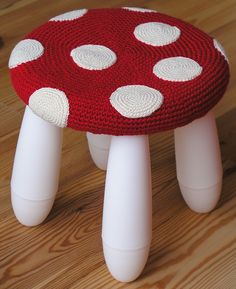 I didn't use the pattern because I don´t like the suggested yarn. Made my own pattern using only the idea of the toadstool cover but with different yarn. Hooked a large circle with the red yarn us. Love Crochet, Crochet For Kids, Knit Crochet, Tunisian Crochet, Ikea Kids Stool, Ikea Chair, Stool Covers, Crochet Home Decor, Yarn Bombing