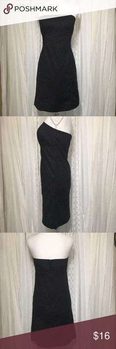 Gap strapless dress size 6 Gap black and white polkadotted strapless dress in size 6. Has built-in elastic around chest. Straight form fitting cut (little to big for the manikin). Fabric is in great condition no fading anywhere. Has a wide hem that could easily be let out for longer length. One loop has come out of hem, would be an easy fix see photo. Chest 16 inc Length 30 inc 95% cotton 5% spandex Super cute dress for a date night or under a blazer in the office. Thanks for visiting my…