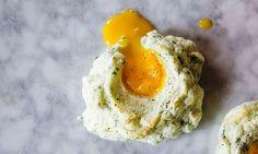 Η νέα «γκουρμέ» συνταγή με αυγά που έχει γίνει μόδα στο Instagram. Το ασπράδι γίνεται μαρέγκα.