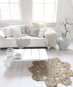 Salon dans les blanc beige et gris, tout en douceur, plein de luminosité. Parfait pour se détendre