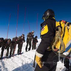 Pisteur-secouriste guidant des militaires lors d'un exercice de recherche de victimes d'avalanches [Ref:2310-02-1269] #pisteurs #secoursenmontagne #avalanche #armee