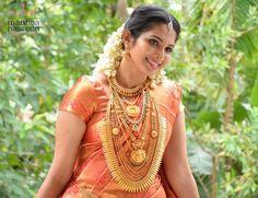 South Indian Wedding Saree, Indian Wedding Bride, South Indian Bride, Saree Wedding, Indian Bridal, Beautiful Indian Actress, Beautiful Bride, Kerala Hindu Bride, Bridal Poses