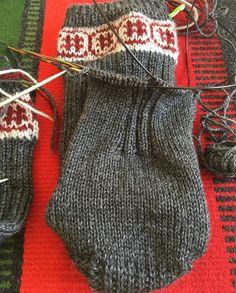 Ett tips så här på söndagen. Min mormor & mamma stickade alltid några cm resår mitt under foten, för att få bättre passform. Funkar klockrent, tycker jag. #stickatillsonen #sticka #stickat #stickning #socks #sockstickning #onionwoolandnettle #knittingfriendnorden