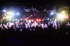 【ライブレポート】2014秋ツアー、今夜の公演地は宮崎。場所は宮崎WEATHER KING。2年ぶりの公演だ。平日にもかかわらずフロアは満員。仕事帰りの方から若い方まで幅広い世代が集まった。今夜も元春とバンドは全開だ。このバンドの素晴らしいところは3000人の広いホールでも、ライブハウスでもパフォーマンスの熱量が変わらないところ。それができるのは彼らが一級のバンドである証拠だ。ツアー終盤に向けて、元春とバンドはさらに高みを目指して邁進しているかのようだ。その姿はスタッフの目から見ても勇ましい。宮崎ライブにご来場の皆さん、ありがとうございました。バンドは明日、熊本に向かいます。 Concert, Concerts