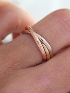 Anillo de matrimonio modeló Cartier hecho en tres tipos de oro.