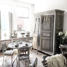 Day 2 of #restyling the #showroom #halfwaydone #creating #decor #ambiance #antiquites #vintage #shabbychic #atmosphere #newstuff #antiques #armoire #ancien