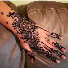 Are you looking for easy mehndi designs for eid that you can try at home? We have collected some of the simple and elegant look mehndi designs for you. Henna Hand Designs, Dulhan Mehndi Designs, Mehndi Designs Finger, Pretty Henna Designs, Latest Arabic Mehndi Designs, Henna Tattoo Designs Simple, Floral Henna Designs, Wedding Henna Designs, Modern Mehndi Designs
