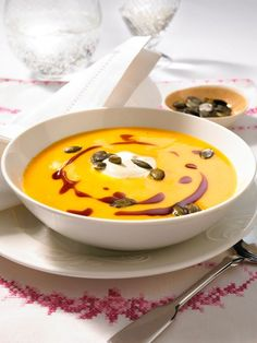 Möhren-Ingwer-Suppe selber machen - so geht's Pumpkin Vegetable, Vegetable Drinks, Mince Recipes, Soup Recipes, Cream Of Pumpkin Soup, Cream Soup, Easy Dinner Recipes, Easy Meals, Desserts Français