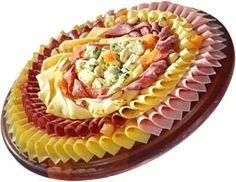 PRESENTACIÓN -  Tarea simétrica, prolija y exacta para una buena presentación de quesos y fiambres ... da lástima deshacerlo, no ?