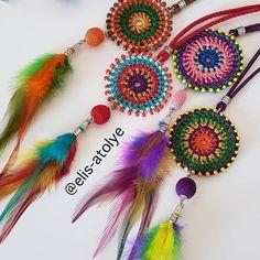 ¿Cómo le gustaría que mis plumas se adapten a mi encaje? Filet Crochet, Crochet Motif, Crochet Flowers, Knit Crochet, Crochet Patterns, Crochet Necklace Pattern, Crochet Keychain, Crochet Earrings, Deco Boheme