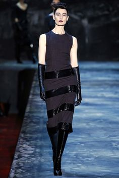 ELLE loves… Erin O'Connor wearing a black dress and gloves on the Marc Jacobs AW15 catwalk   Click through to find out why she's so hot right now