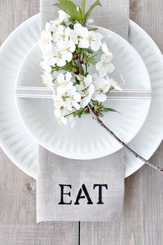 25 Place Setting Ideas for Your Next Outdoor Dinner Party Diy Place Settings, White Table Settings, Beautiful Table Settings, Outdoor Table Settings, Decoration Evenementielle, Table Decorations, Photobooth Ideas, White Dinner, Tables Tableaux