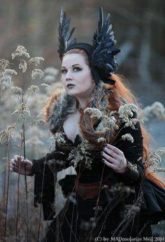 Walkyria Feder Tiara Gothic WGT von MADmoiselle auf DaWanda.com