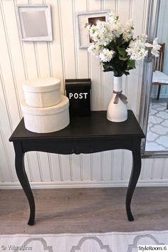 Eteinen antaa ensivaikutelman koko kodista. . Liilapöytä sai uuden värin mustalla maalilla. uudistunut eteinen. Sähkökaappi sai uuden ilmee liitutaulu dc-fixillä.. ikean jakkara sai myös uuden ilmeen turkoosilla maalilla. Eteisen pöytä ja peili