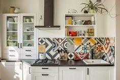 Moderne Wandfliesen mit geometrischen Motiven für die kleine Küche