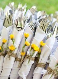Kleurrijk bestek; wikkel het in je servet, een mooi lint of stoer touw erom en voor de vrolijkheid een bloemetje (uit eigen tuin?)
