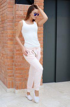 Spodnie w modnym fasonie z lekko obniżonym krokiem. Z przodu posiadają ozdobny suwak. Wykonane z najlepszych materiałów zapewniających doskonały komfort noszenia. Idealne do licznych stylizacji na każdą okazję. Oryginalnie zapakowane z kompletem metek.