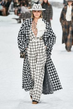 Cara Delevingne rocked a black and white checkered outfit from Karl Lagerfeld's final Chanel collection at Paris Fashion Week in March She paired the look with a matching hat atop her blonde blob. Chanel Fashion Show, Fashion Walk, Fashion 2020, Look Fashion, Paris Fashion, Autumn Fashion, Womens Fashion, Fashion Trends, Fashion Inspiration
