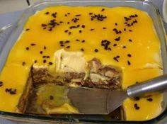 Receita de Pavê de Chocolate com Maracujá - 200 ml de água, 1 colher (sopa) de amido de milho, 1 colher (sopa) de açúcar, Polpa de 1 maracujá, 1 1/2 lata de leite condensado (600 g), 1 1/2 lata de creme de leite de latinha com soro (450 g), 1 1/2 xícara (chá) de suco de maracujá (300 ml), 150 g de chocolate meio amargo derretido, 150 g de chocolate branco derretido, 1 1/2 pacote de biscoito doce sem recheio (300 g)