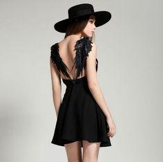 Tu vestido negro te salvará este Halloween.
