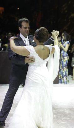 Lindo vestido de noiva Danielle Benício todo em renda francesa com reaplicação de renda e bordado em cristais swarovski no decote. Acompanham saia avulsa em seda pura com calda, cinto também...
