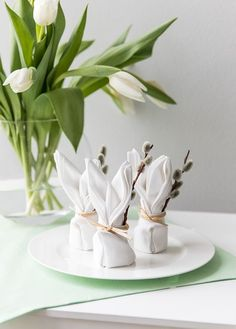Putziger barely goes: DIY rabbit napkins - Westwing magazine Easter Table Decor Crafts, Diy And Crafts, Crafts For Kids, Spring Decoration, Easter Table Decorations, Easter Season, Easter Brunch, Easter Wreaths, Happy Easter
