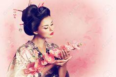 22612896-Ritratto-di-una-donna-geisha-giapponese-Archivio-Fotografico.jpg (1300×863)