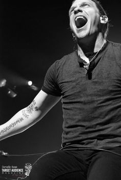 Brent Smith. He has an epic voice .