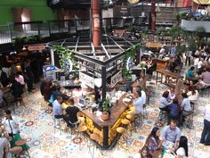 Jeff takes us to Mercado del Rio, which is a large gastronomic market that opened recently in Medellín with nearly 40 restaurants, food stores and bars. Restaurant Plan, Restaurant Design, Typical Colombian Food, Food Court Design, Airport Design, Food Park, Best Rooftop Bars, Small Bars, Food Stall