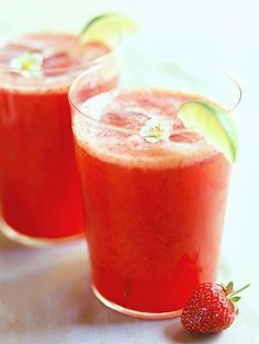 Strawberry Limeade Recipe ( +12 other alcohol-free drinks ) | #christmas #xmas #holiday #food #desserts #christmasinjuly #holidaydrinks