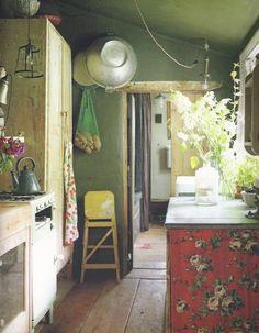 Rustiek groen, de afwerking hoeft niet al te strak te zijn. En potten met groen 'onkruid'