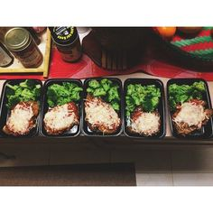 Chicken Parmesan with trees 🌳 Macros: 3g of fat, 16g of carbs, 42g of protein #50ShadesOfGainz #MealPrepWithSamantha