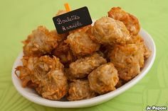 Découvrez les gateaux arouille, un beignet croustillant et moelleux à l'intérieur. Arouille, eddos ou taro, plusieurs noms pour ce petit légume racine .