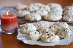 Vepsebol er alltid like populære! Småkakene med dette artige navnet er blant de mest besøkte julekakene jeg har på Det søte liv. Hvert eneste år på denne tiden ser jeg at dette er en kake som veldig mange ønsker å ha i kakeboksen til jul. Vepsebol består av marengs som er tilsatt hakket sjokolade, mandler og eventuelt kokos. Kakene blir hvite på utsiden. Inni er de imidlertid mørkebrune på grunn av den hakkede sjokoladen. Smaken er fantastisk god! Jeg tipper at dette også kan bli en av dine…