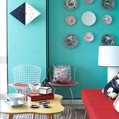 Bertoia Side Chair by Harry Bertoia and an Amoeba Coffee Table by Jens Risom and them decorative wall plates Harry Bertoia, Bureau Design, Salon Design, All Modern Coupon, Colorful Apartment, Design Bestseller, Seat Pads, Mid Century Modern Design, Living Room Modern