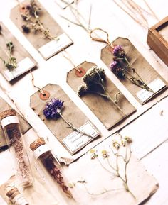 Dried flowers on gift tags. Dried flowers on gift tags. Art Floral, Diy And Crafts, Paper Crafts, Pressed Flower Art, Flower Aesthetic, Aesthetic Wallpapers, Projects To Try, Christmas Gifts, Stationery