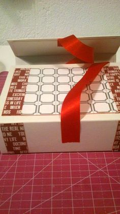 """COMPARTE MOMENTOS: TUTORIAL """" EL RETO DEL ARCHIVADOR"""" Scrapbook Albums, Gift Wrapping, Gifts, Cartonnage, Organizers, Manualidades, Gift Wrapping Paper, Presents, Scrapbooks"""