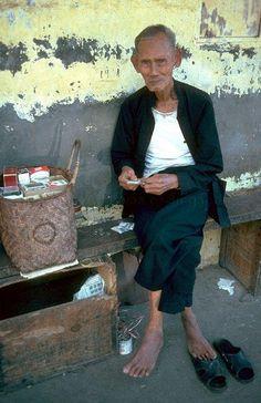 Cigarette vendor at Angus Street - 1977