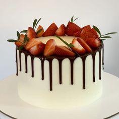 Cake Decorating Amazing, Birthday Cake Decorating, Cake Decorating Tips, Strawberry Sweets, Strawberry Cream Cakes, Cake Recipes, Dessert Recipes, Pretty Birthday Cakes, New Year's Cake
