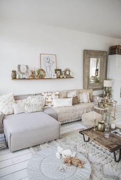 Casa da Anitta: see the singer's mansion in Barra da Tijuca - Home Fashion Trend Gold Sofa, Living Room Decor Colors, Foto Poster, Beach House Decor, Home Decor, Beautiful Living Rooms, New Living Room, Condo Living, Looks Vintage