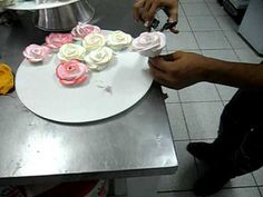 Rosas de glacê Cake Decorating Piping, Cupcake Cakes, Cupcakes, Yummy Cakes, Make It Yourself, Desserts, Food, Youtube, Pie Decoration