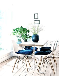 This cozy danish home is an old fisherman's cottage dating from the interior is a mix of design (eames, hay), vintage furniture, ethnic fabrics and Apartment Decoration, Apartment Interior, Interior Design Minimalist, Modern Minimalist, Turbulence Deco, Eames Chairs, Dining Chairs, Dining Table, Eames Dining