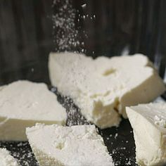 It's+surprisingly+easy+to+make+your+own+feta+cheese+at+home.+This+video+demonstrates+all+the+steps,+from+making+the+curd+to+brining+the+cheese.+