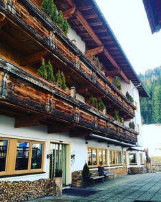 Nosso hotel ❤️ desde 1336! Amo como as coisas antigas aqui são valorizadas e bem preservadas! #austria #viagemjovem #tirol #skifahren #hotel Cabin, House Styles, Home Decor, Road Maps, Stuff Stuff, Destinations, Ski, Decoration Home, Room Decor