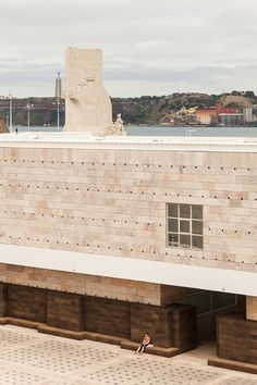 an object suitable for screening an open-air cinema was the pretext for architect josé neves' transformation of the belém cultural center square in lisbon.