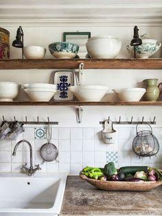 baldas cocina rural de madera Kitchen Without Top Cabinets, Kitchen Wood Shelves, Rustic Shelves, Vintage Shelving, Kitchen Display, Vintage Hooks, Kitchen Storage, Rustic Kitchen Sinks, Wood Display