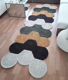 Crochet carpet: 74 models and tips to make yours (VIDEOS) Crochet Mat, Crochet Carpet, Crochet Motifs, Crochet Home, Crochet Crafts, Crochet Doilies, Crochet Patterns, Diy Crafts, Diy Carpet